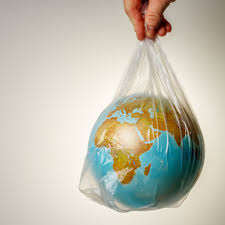 La tasa sobre el plástico empieza a reducir el atraso en impuestos verdes de España, todavía anclada al vagón de cola europeo